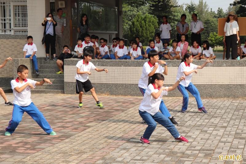 台北市興華國小學童表演武術。(記者林國賢攝)