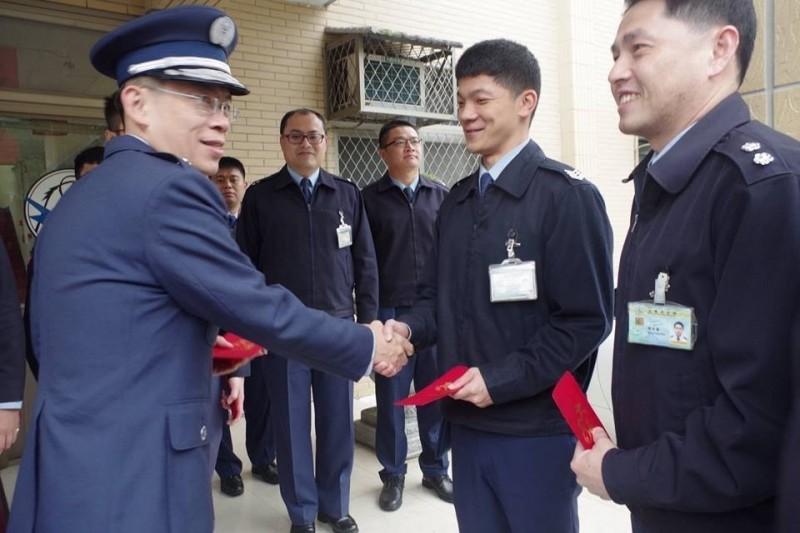 空軍通航資聯隊少將聯隊長林重宏(左)遭拔官。(圖:取自空軍司令部臉書專頁)