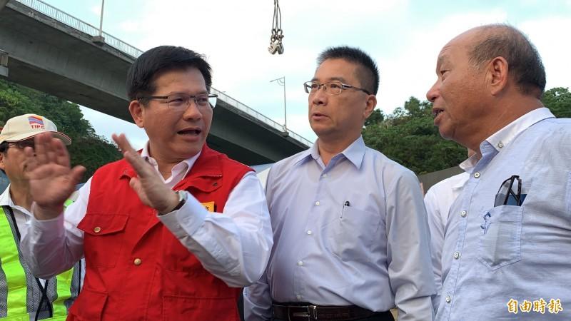 交通部長林佳龍(左)說,全國17座港區橋樑未來也會比照公路、鐵路橋樑,納入交通部運輸研究所建置的台灣地區橋梁管理資訊系統平台。(記者林欣漢攝)