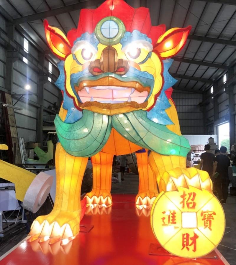 高雄左營萬年季今年推出富貴火獅,腳踏招財進寶的錢幣。(記者陳文嬋翻攝)