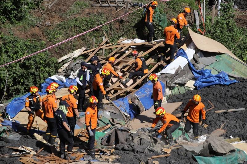 颱風米塔襲擊南韓,救援人員正在尋找據信被困在廢墟下的3人。(歐新社)