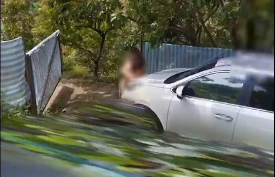 谷歌街景車於中市太平區的山區道路,拍攝到一對裸身男女。(網友提供、記者張瑞楨翻攝)