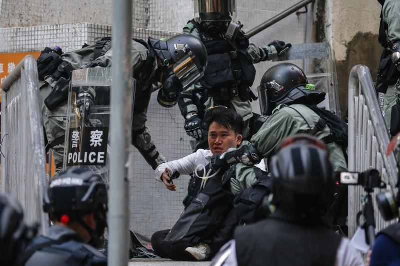 香港親北京的建制派議員主張參考加拿大禁蒙面法,禁止在非法集會蒙面,違者最高可處有期徒刑10年。泛民主派團體「民間人權陣線」表示,「禁止蒙面,由警隊做起」。(歐新社)