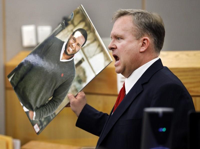 在家中休息卻被開槍誤殺的波森(左)。(美聯社)