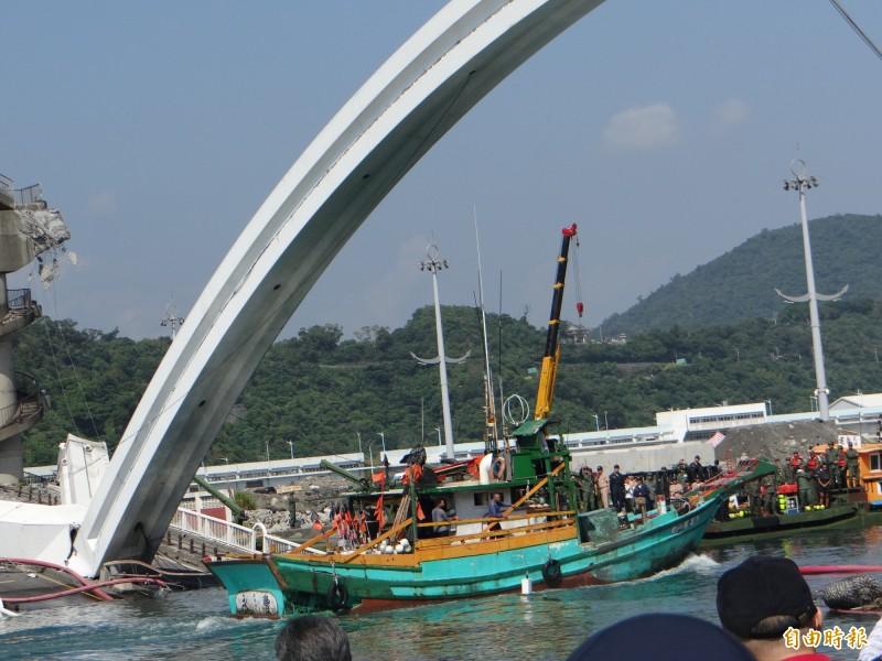 南方澳跨港大橋斷裂現場今天上午9點25分已正式打通航道,有漁船試航成功,11點左右將正式通航。(記者徐聖倫攝)