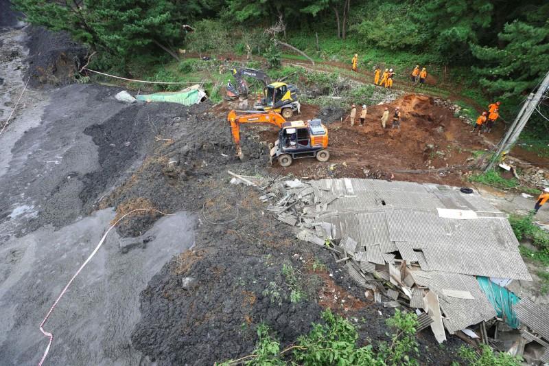 韓國釜山發生土石流,事故一共有4人遭到活埋,其中1人遺體稍早已被挖出,整體傷亡恐再繼續擴大。(法新社)