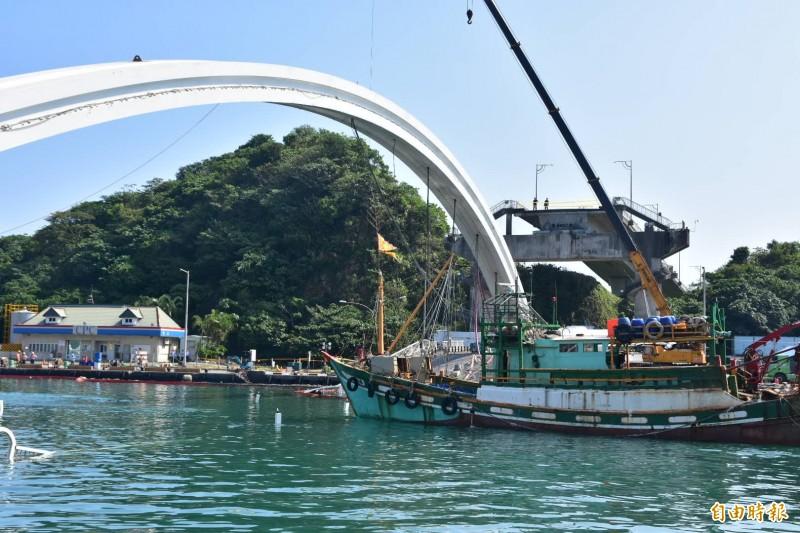 南方澳臨時航道完成開闢,漁船陸續出海討生活。(記者張議晨攝)