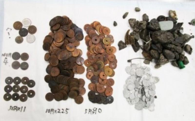 日本名古屋東山動植物園豢養的美國短吻鱷米皮於5月死亡,解剖後胃裡赫然挖出超過330枚硬幣。(圖擷自@chunichi_denhen推特)