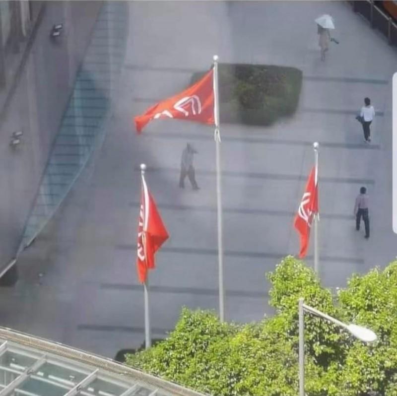 長江集團中心外的旗桿上,被發現只有李嘉誠名下公司的旗幟。(圖擷取字城寨臉書)