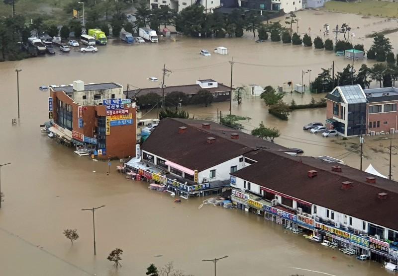今年第18號颱風米塔夾帶驚人強風豪雨襲擊南韓,至今已造成9人死亡,還有數人下落不明。(法新社)
