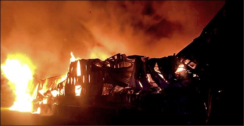 台中市大雅區違章農地工廠,昨凌晨1點多發生大火,造成兩名消防人員罹難。(記者歐素美翻攝)