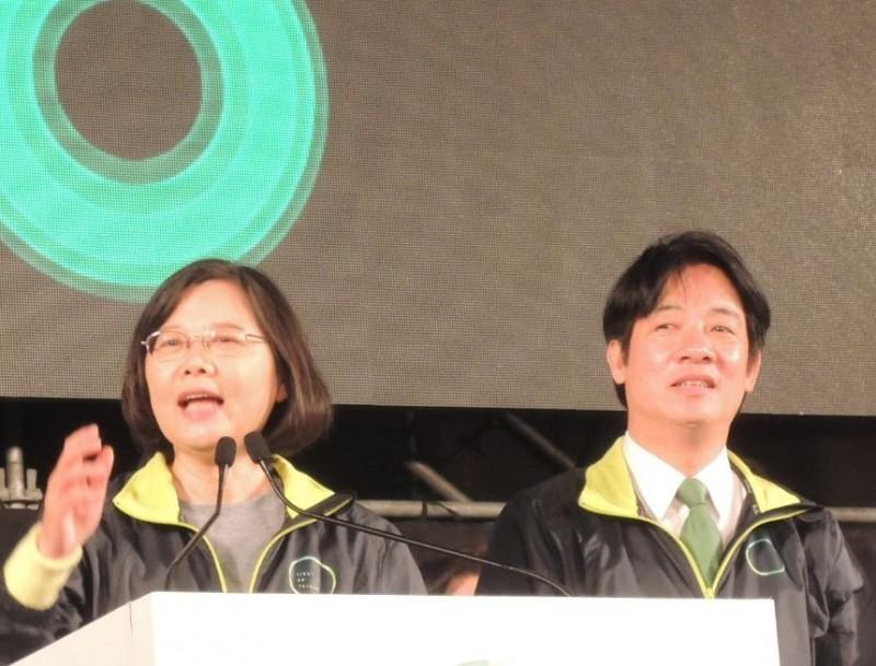 2020總統大選民進黨是否「蔡賴配」,外界關注。圖為2016年蔡英文競選在台南造勢大會,時任台南市長賴清德同台助選。(記者洪瑞琴翻攝)