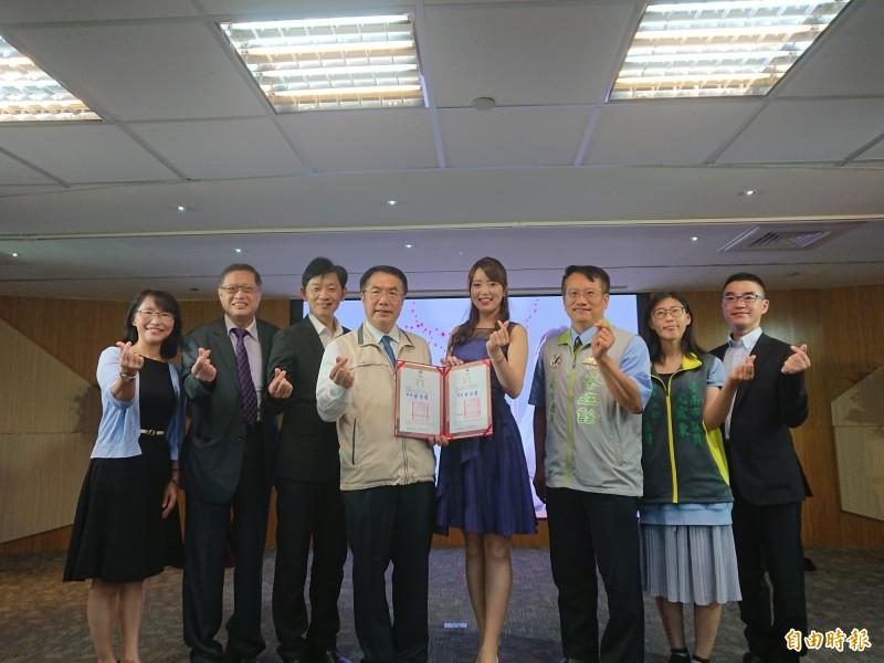 台南市長黃偉哲(右五)邀請高橋紫微(右四)擔任親善大使,協助宣傳行銷城市觀光。(記者洪瑞琴攝)