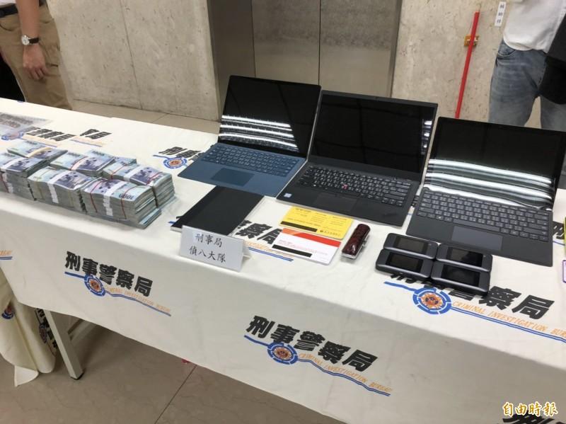 刑事局破獲王男為首的洗錢機房,查扣現金390萬元、電腦3組、手機6支等贓證物。(記者邱俊福攝)