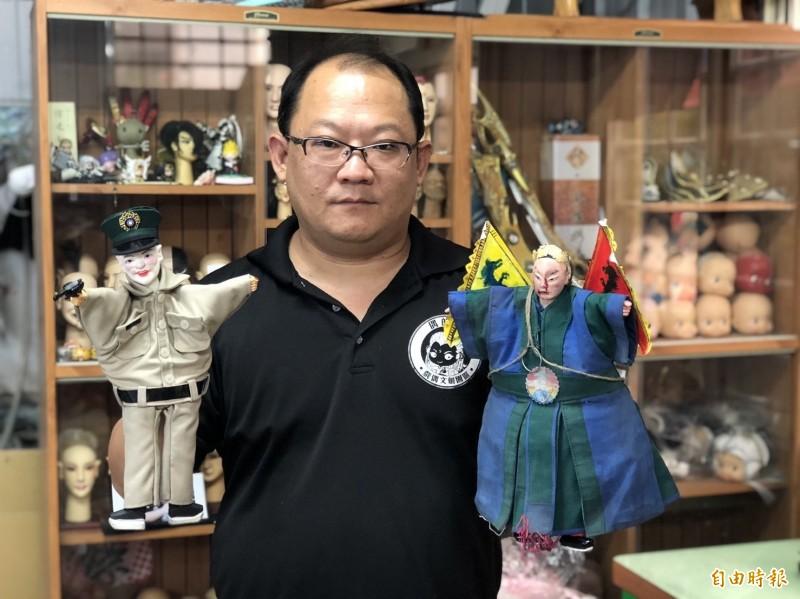 在國片《返校》中「軋一角」爆紅的「白面教官」(左),由布袋戲偶雕刻藝師徐建彰雕刻、製作完成。(記者廖淑玲攝)