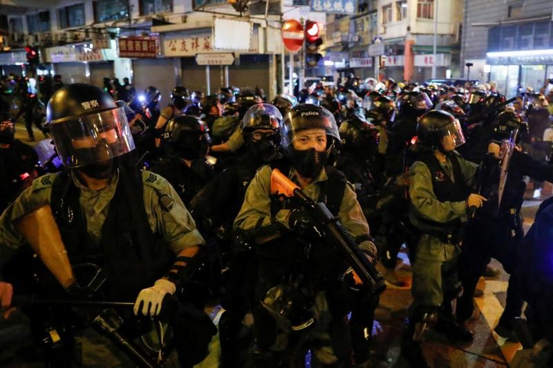 中國十一國慶日時,香港反送中抗爭民眾舉辦國殤大遊行,港警失控以真槍實彈射擊一名18歲高中生左胸,引起國際震驚。(路透資料照)