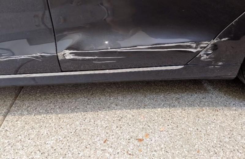 特斯拉自撞牆壁,左側車身慘見大片刮痕。(圖擷取自「Securitypentest」YouTube頻道)