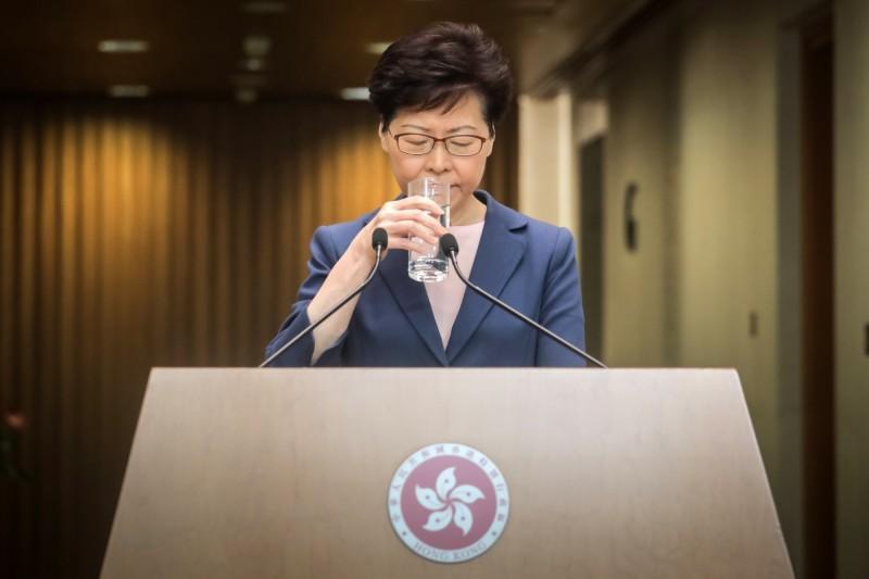 傳港府將公佈「禁蒙面法」,香港特首林鄭月娥預計今日下午出面說明。(歐新社)