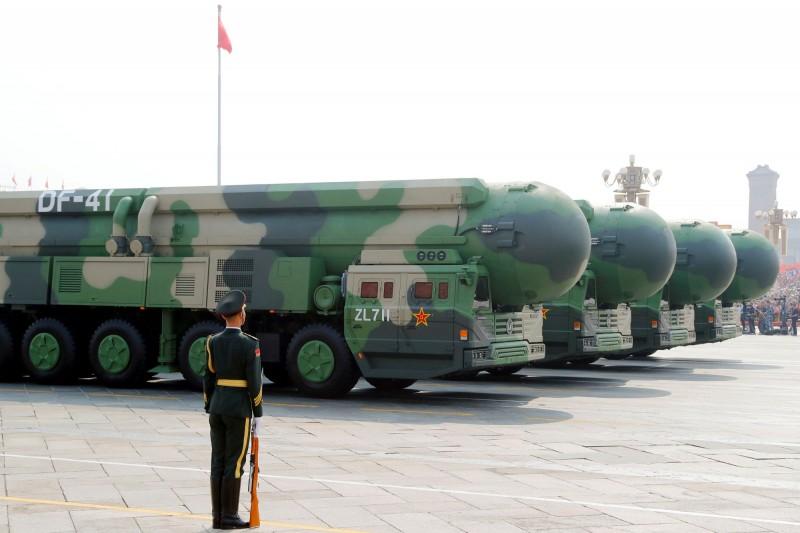 中國解放軍東風41型洲際彈道飛彈,首次在中共建政70週年閱兵儀式上亮相,中國官方媒體《央視》3日晚間也首次報導介紹。(路透資料照)