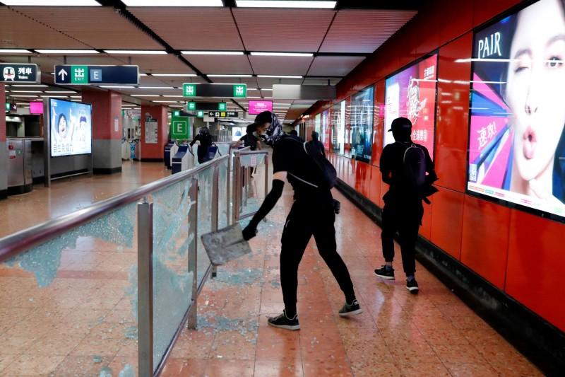 有示威者破壞旺角站內設施。(路透)