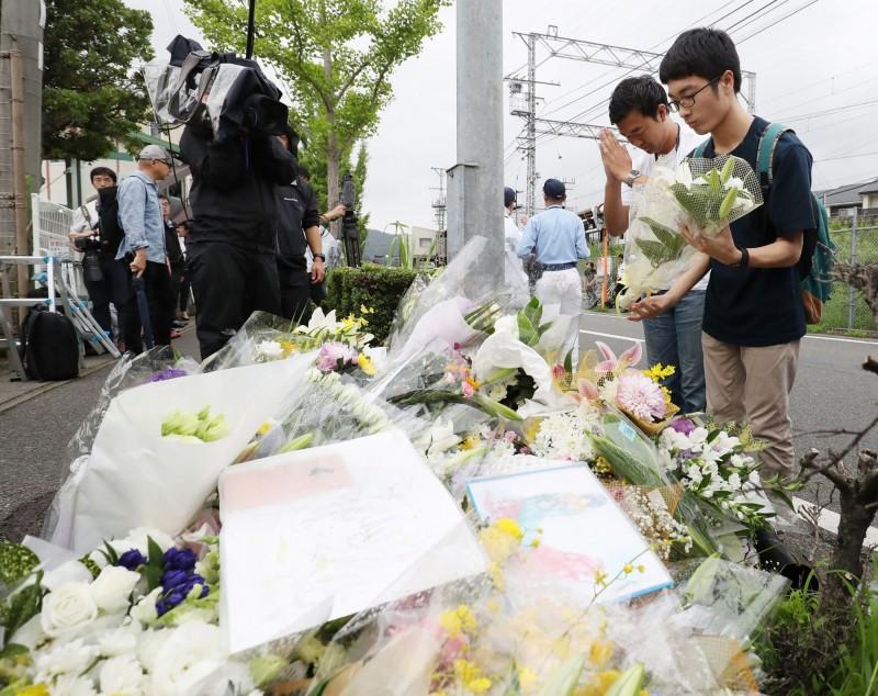 京阿尼縱火事件後,各界的粉絲都來到事故現場獻花哀悼。(法新社)