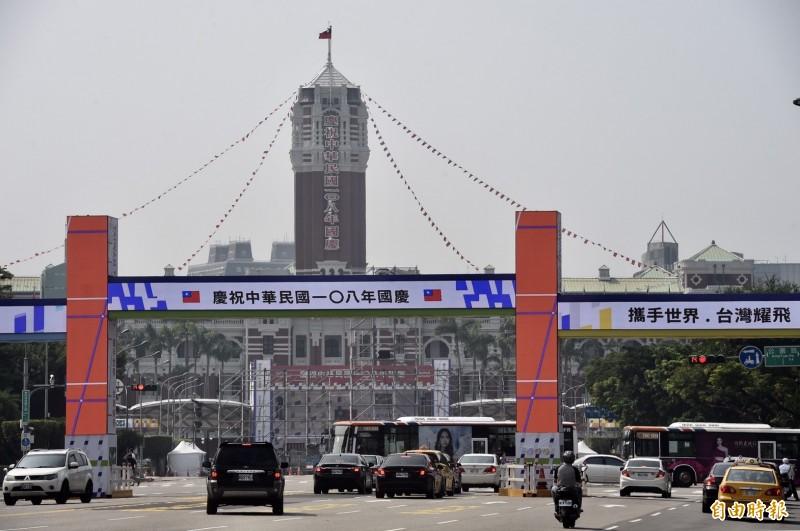 慶籌會說明,今年國慶主題是「攜手世界 台灣耀飛」,主視覺以形似箭頭往右上前進的雙十符號,象徵台灣追求進步的腳步不曾停歇。(記者簡榮豐攝)