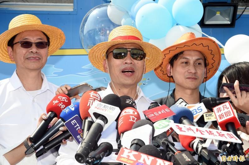 國民黨提名總統參選人韓國瑜(圖中),3日頭戴魯夫帽在遊艇上舉行「世紀領航翻轉台灣」記者會,並射出選前100天穿雲箭。(資料照)