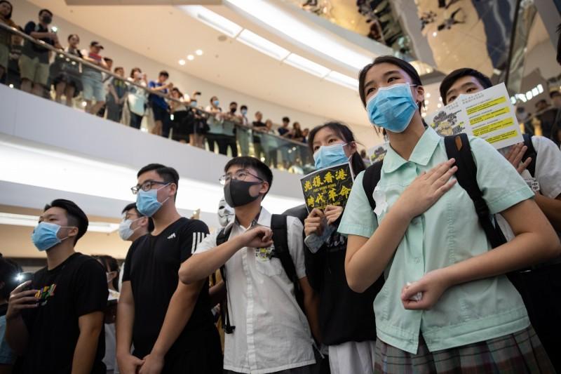 香港許多學生在校園中或上街聲援五大訴求,如今面臨「揭面」命運。(歐新社)
