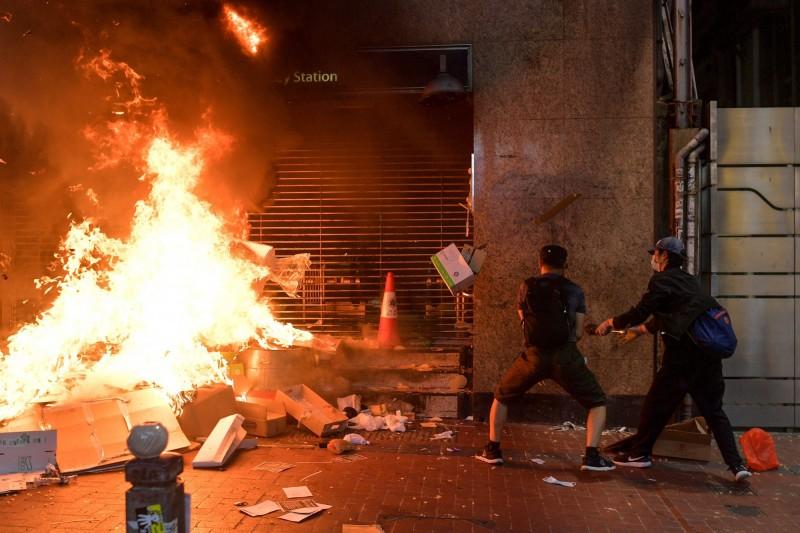 銅鑼灣站多個出口遭人縱火,港警宣布將展開驅散行動。(法新社)