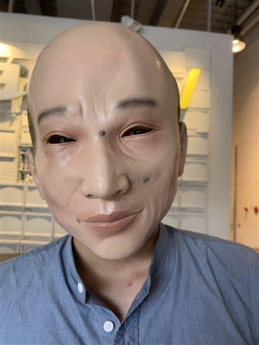「肯腦濕的人生相談室」推薦這款連痣的位置都準確點出、仿製得維妙維肖的韓國瑜面具。(圖擷取自臉書_肯腦濕的人生相談室)
