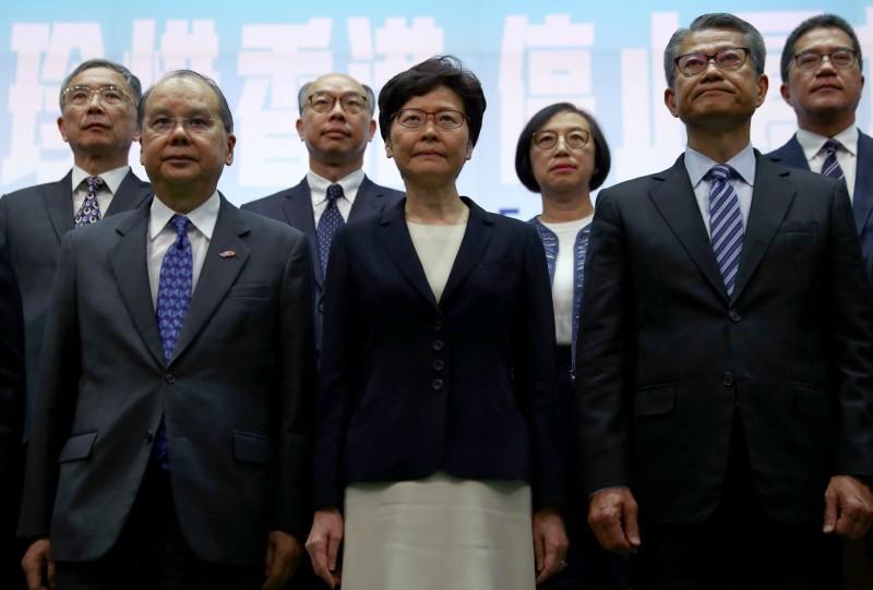 香港特首林鄭月娥今(4日)宣布,行政長官與行政會議決定依照「緊急情況規例條例」,訂立「禁止蒙面規例」並於明天(5日)開始實施。(路透)