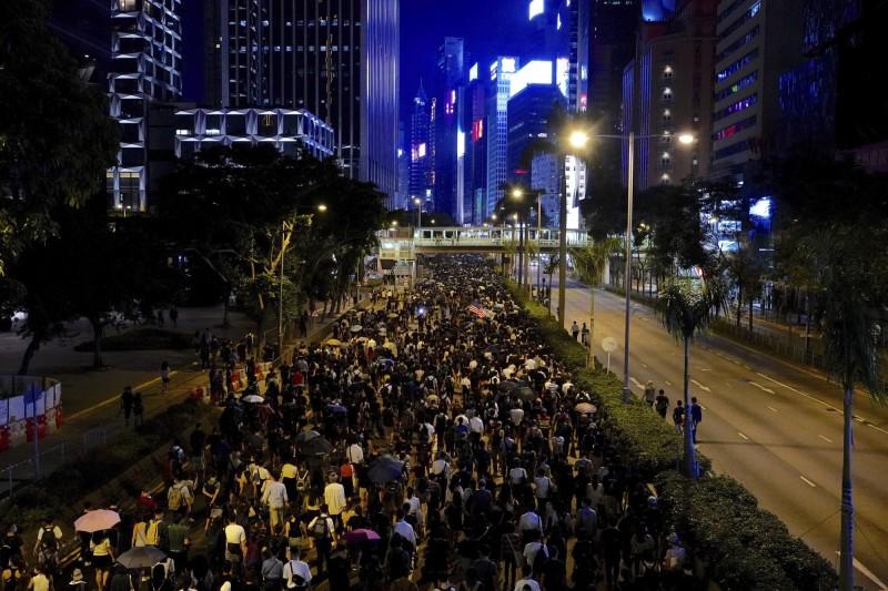 示威者走上街頭,抗議政府宣布的《禁蒙面法》。(美聯社)