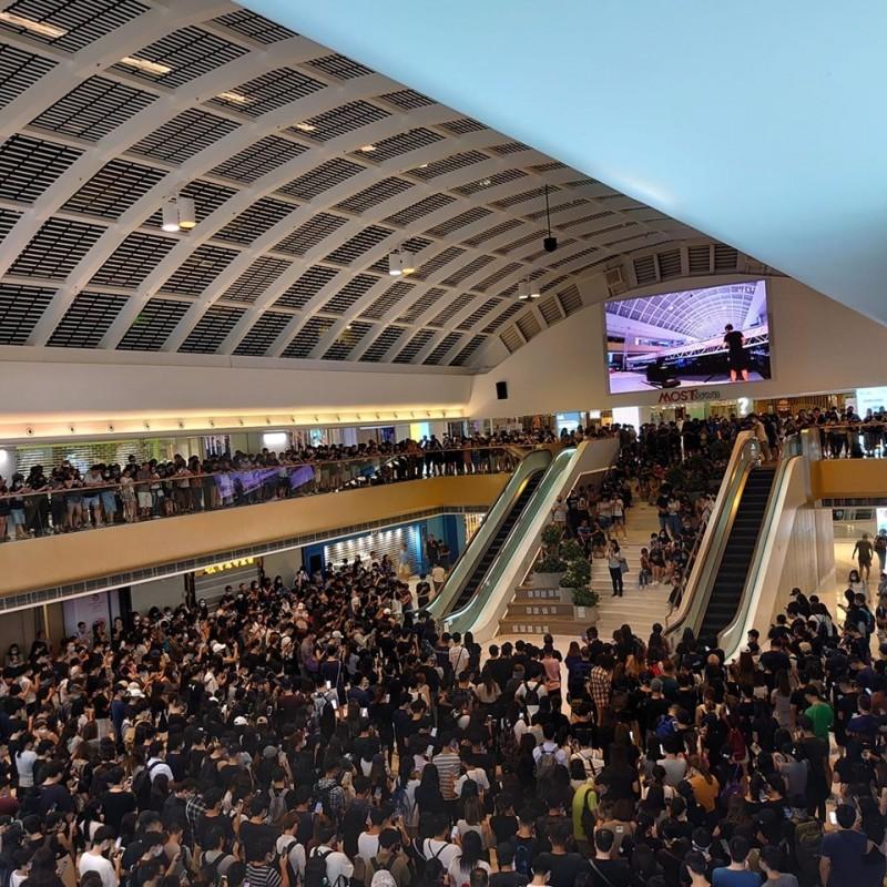 千名香港人聚集在馬鞍山的「新港城中心」,同聲宣讀《香港臨時政府宣言》。(擷取自「字悠野」粉專)