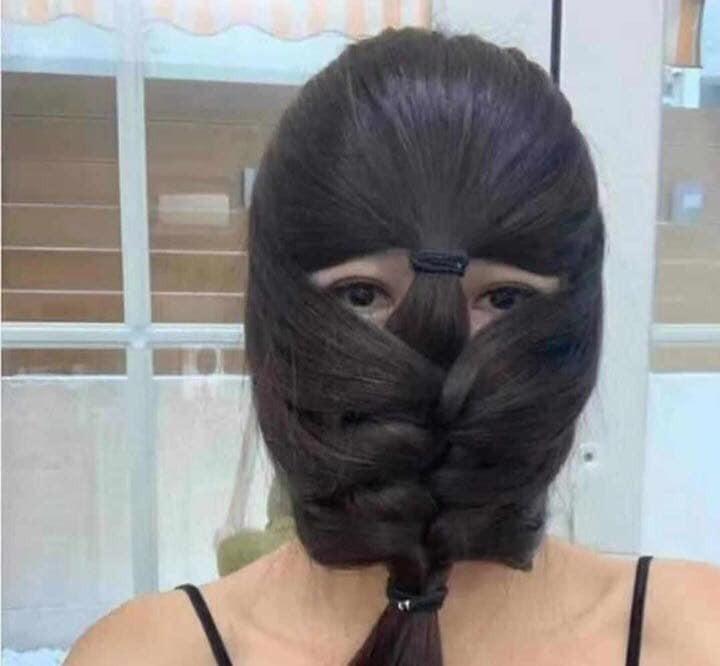 網友建議,不妨嘗試造型編髮,以頭髮遮蓋臉部,僅露出眼睛。(圖擷取自臉書_美到沒朋友)