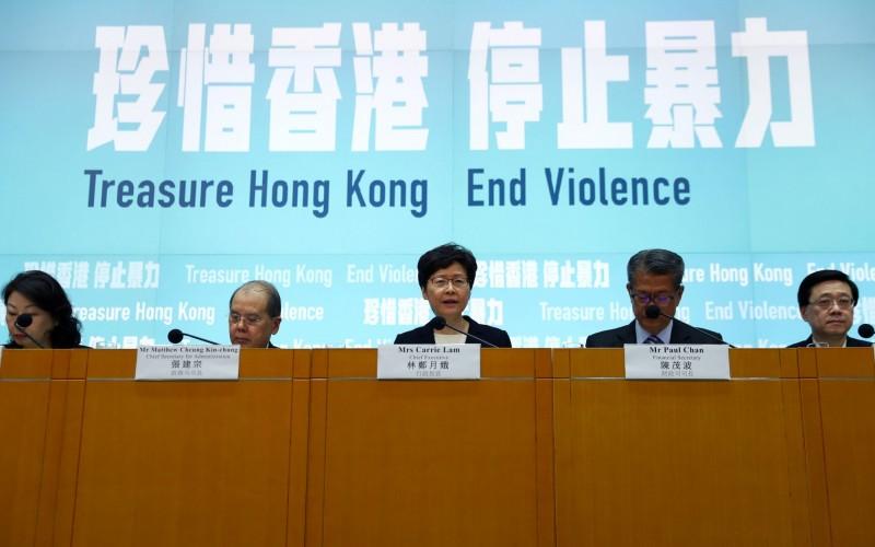 記者會開始前舞台上打出「珍惜香港 停止暴力」標題,現場記者發出一片驚呼。(路透)