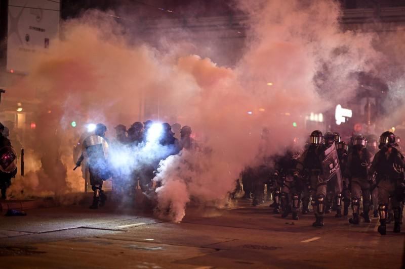 香港特首林鄭月娥今(4日)發布《禁蒙面法》,造成香港人群情激憤。(法新社)