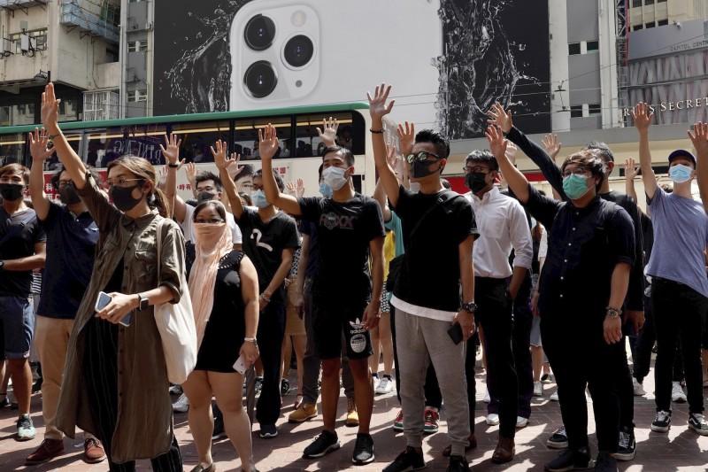 香港政府傳出要公布「禁蒙面法」,不少香港民眾得知消息後相當憤怒,中午開始在中環遮打花園集結展開遊行抗議。(美聯社)