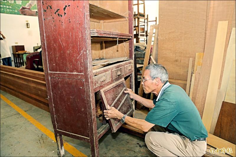 嘉義縣環保局木工修復工廠師傅侯阿尚擅長修復老家具。(記者林宜樟攝)