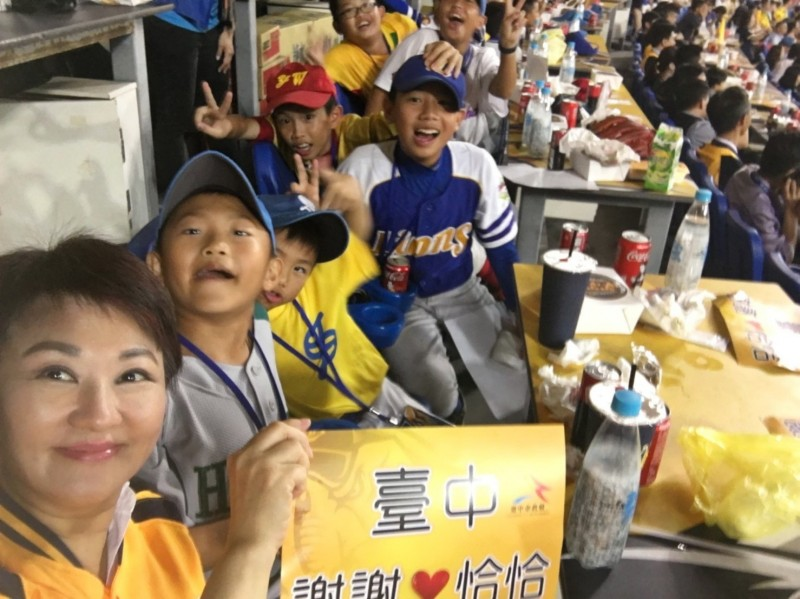 台中市長盧秀燕到球場為恰恰加油。(取自盧秀燕臉書)