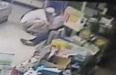 黃嫌(左)持剪刀刺傷張男左後腋下及林姓店員左腹部,當場被捕。(記者洪定宏翻攝)