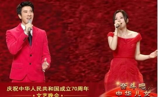 中共建政70週年日前舉辦的十一國慶文藝晚會上,台灣歌手王力宏與張韶涵與引發議論的親中香港演員成龍等人一起合唱由朱海作詞、舒楠作曲的「不忘初心」,這首歌曲中國政論宣傳片的主題曲,圍繞在中國領導人習近平的決策理念。(取自網路)