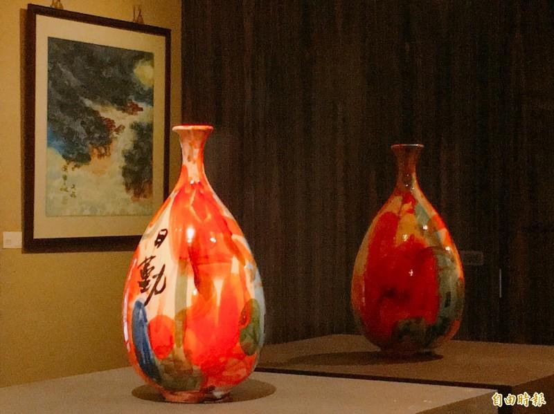 創世基金會舉辦藝術展,藝術家吳日勤捐出作品義賣。(記者蔡淑媛攝)
