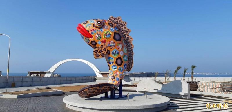 玳瑁石斑與老漁翁雕像相互輝映,彌補昔日有網無魚的缺憾。(記者劉禹慶攝)
