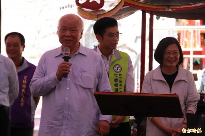 前台灣省主席林光華(持麥克風者)今天說,就他所知道的「國民黨已經丟包」,他這個月發動「保護韓國瑜」運動,不要讓「可敬的對手」被換掉,讓總統蔡英文(右)忍不住嘴角失守。(記者黃美珠攝)