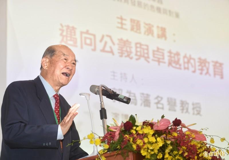 黃昆輝基金會今舉行「2019教育政策研討會:邁向公義與卓越台灣教育發展的危機與對策」,主題演講由黃昆輝董事長進行。(記者方賓照攝)