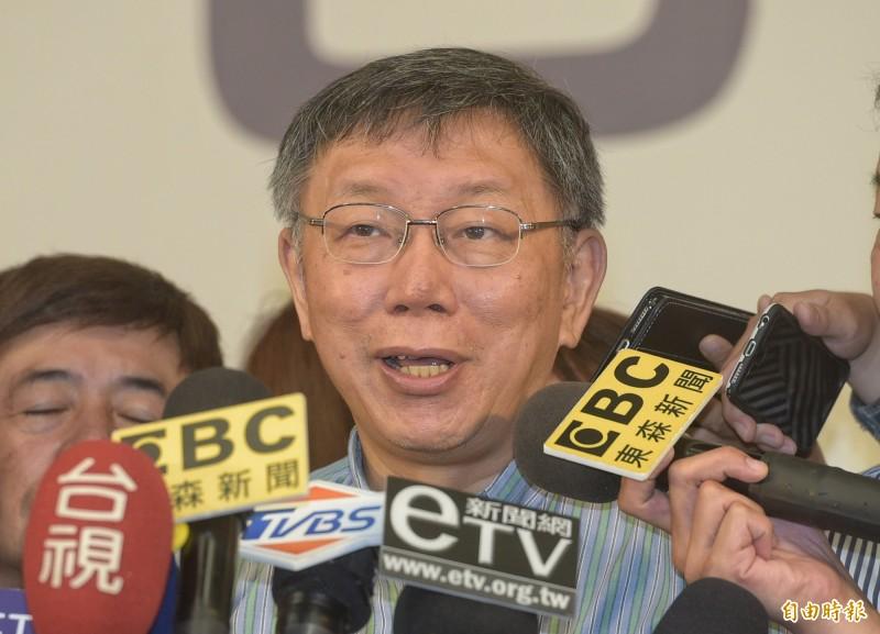 政大法律系副教授劉宏恩今天在臉書質疑,台北市政府發公文給市立中小學,要求它們應配合廠商設置自動販賣機,甚至還以公權力施壓學校必須配合廠商,氣得要求身為醫生的市長柯文哲「你給我說清楚」。(記者張嘉明攝)