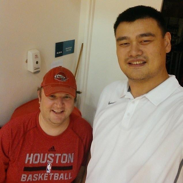 美國職籃NBA休士頓火箭隊總管莫雷(圖左)5日在個人推特上發推,並附上寫有「FIGHT FOR FREEDOM(為自由而戰)」、「STAND WITH HONG KONG(力挺香港)」等字眼的圖片,他的推特因此慘遭中國粉絲灌爆。(擷取自莫雷IG)