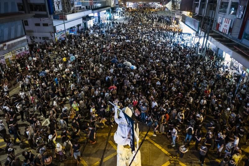 香港特首林鄭月娥4日頒布《禁止蒙面規例》(簡稱禁蒙面法),宣布今天凌晨隨即生效,點燃反送中抗爭者怒火,示威遍地開花。(彭博)