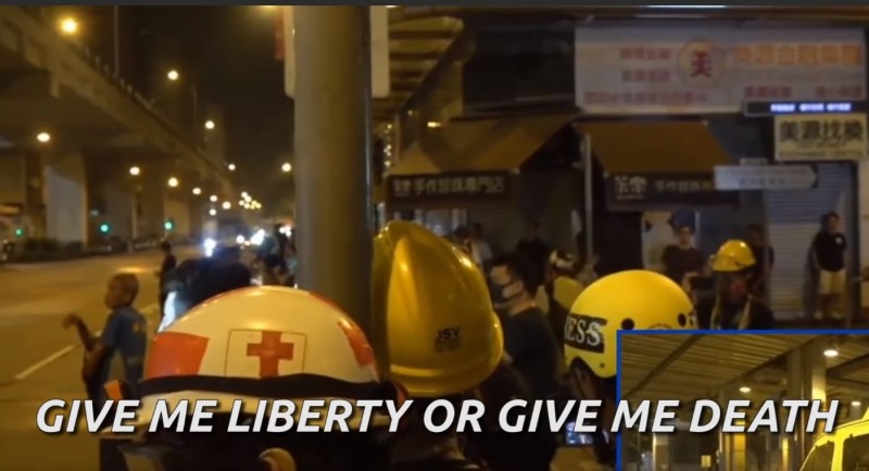 香港市民在街頭發表震撼人心的英文演說,直斥港府的暴政並高喊「不自由,毋寧死!」(圖擷自「Chilli Lucas」YouTube)