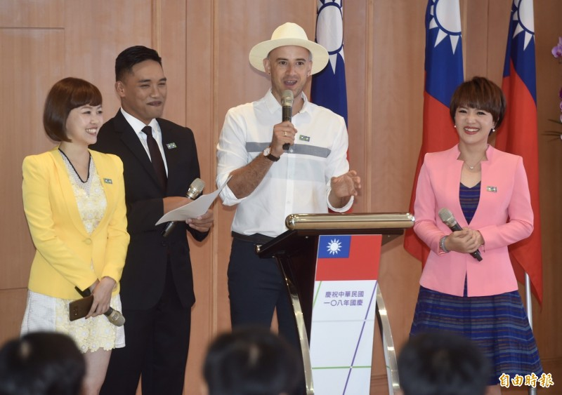 今年國慶大會將由去年3月取得我國身分證的台灣女婿吳鳳(右二)等人擔綱主持。(記者簡榮豐攝)